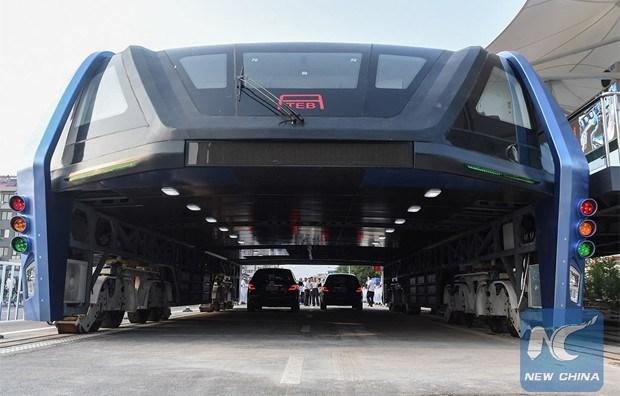 Chineses desenvolvem ônibus elevado que permite a passagem de carros por baixo dele