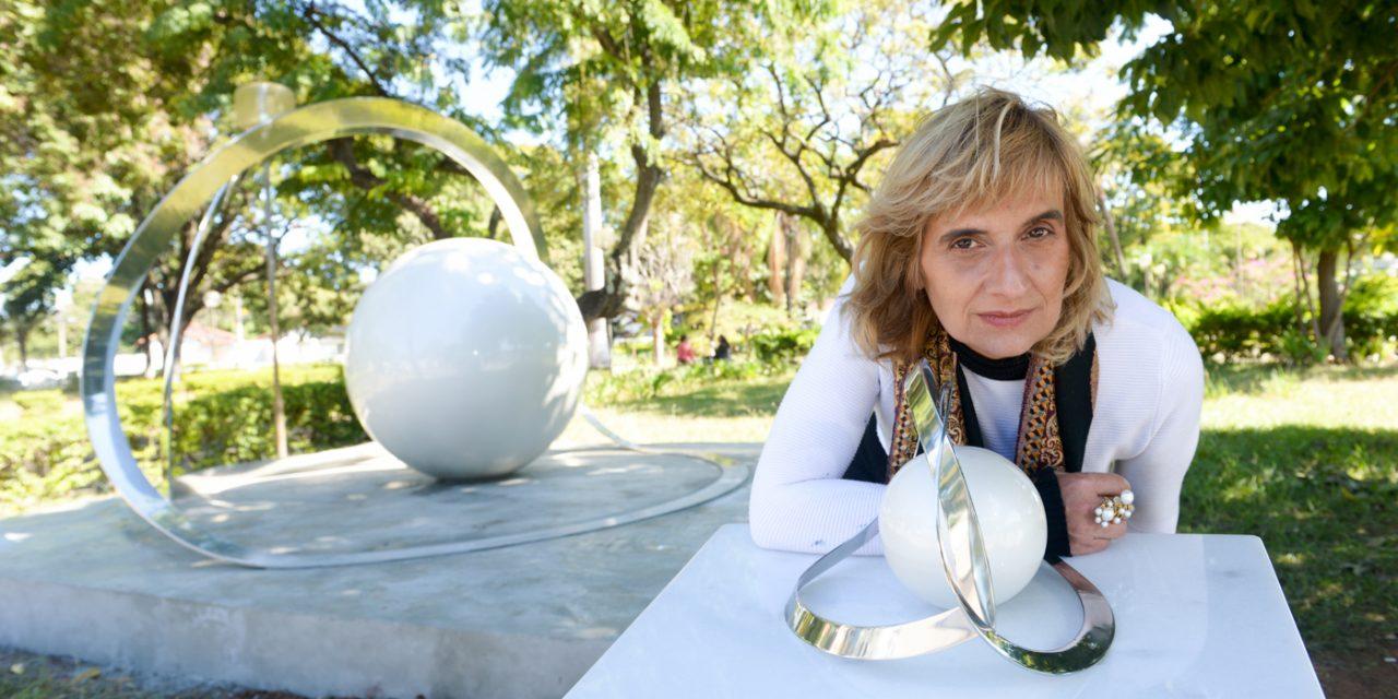 Designer de joias cria escultura em aço inox acessível a deficientes visuais