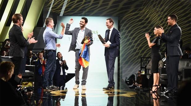 Oscar Mendéz recebendo o prêmio do The Venture (Foto Divulgação)