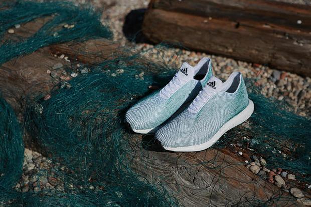 A partir de tênis feito com lixo oceânico reciclado, Adidas lança outros produtos sustentáveis