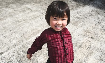 Designer britânico desenvolve roupas que crescem com as crianças