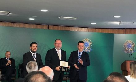 Carlos Cidade, da Avibras, recebe a Medalha Barão de Mauá